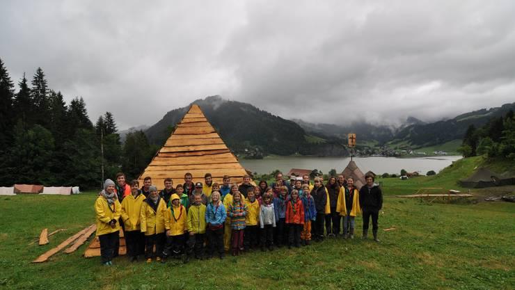 Ein Gruppenfoto vor der Pyramide mit Blick auf den Lagerplatz.