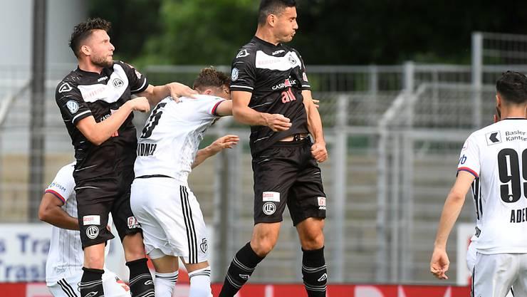 Lugano überragt Basel: Fabio Daprelà kommt vor Silvan Widmer an den Ball