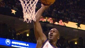 His Airness Michael Jordan versenkt den Ball.
