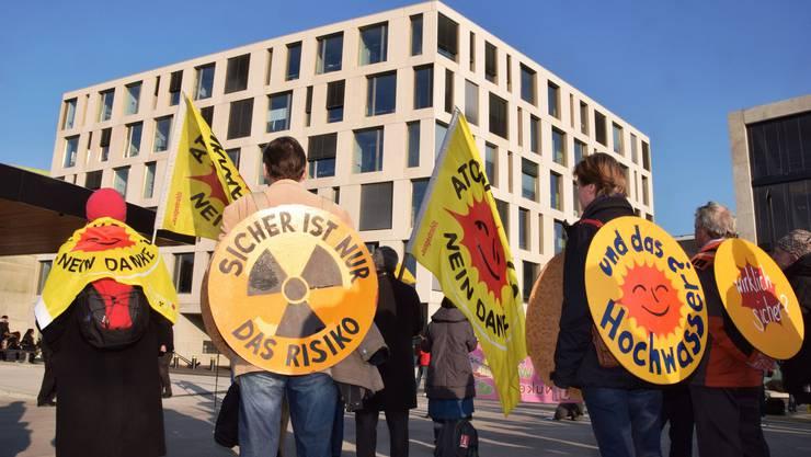 Die Atomkraftgegner demonstrieren mit Fahnen und Schildern