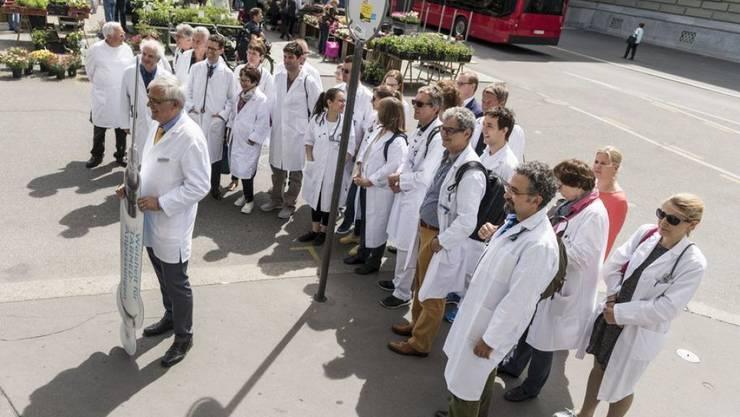 Knapp 40'000 Ärzte und Ärztinnen arbeiten in der Schweiz, etwa 4 auf 1000 Einwohner. Das scheint viel. Dennoch könnte künftig Ärztemangel herrschen, unter anderem, weil ausländische Fachkräfte schwieriger zu bekommen sind. (Archivbild).