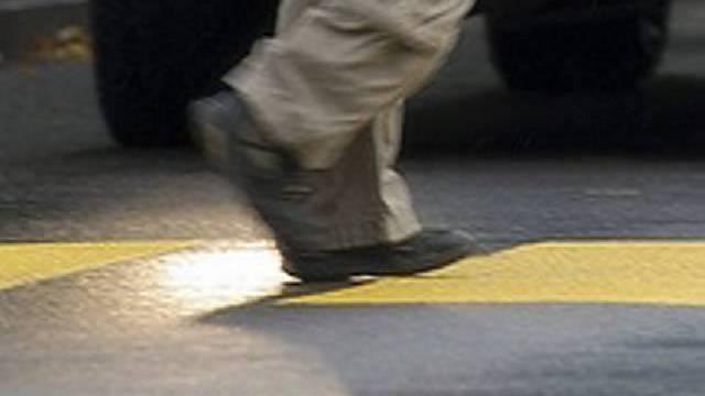 In Wohlen wurde ein Fussgänger von einem Auto erfasst und mittelschwer verletzt. (Symbolbild)