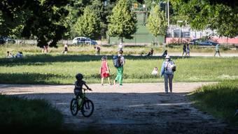 Menschen in einem Park in Saint-Cloud, in der Nähe von Paris.
