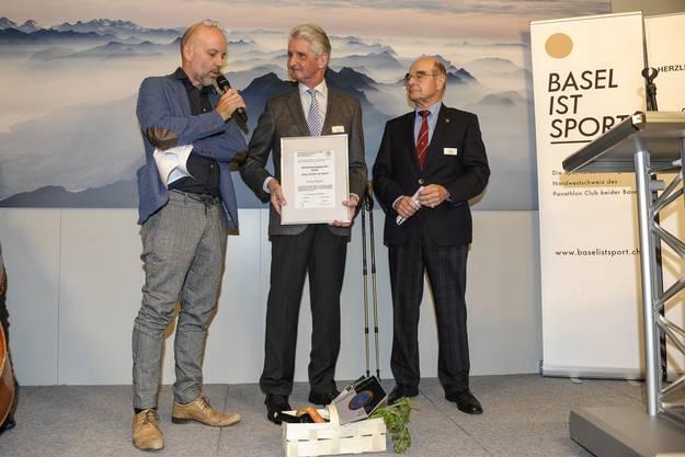 Felix Ryter erhält den Anerkennungspreis für seine Verdienste beim Orientierungslauf. Links Gregor Dill, rechts Max Pusterla (Laudator).