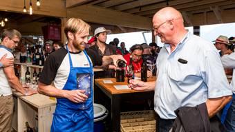 Bekannte Gesichter vor und hinter der Bar: Winzer Pirmin Umbricht schenkt Benno Wäger vom Verein Winzerfest Döttingen ein Glas Roten ein.