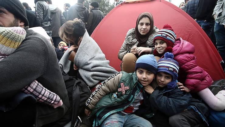 Kinder aus Syrien und dem Irak im griechisch-mazedonischen Grenzgebiet: Rund eine Viertelmillion Kinder lebt in Syrien in belagerten Gebieten unter prekären Bedingungen, wie das Hilfswerk Save the Children in einem neuen Bericht beklagt. (Archivbild)