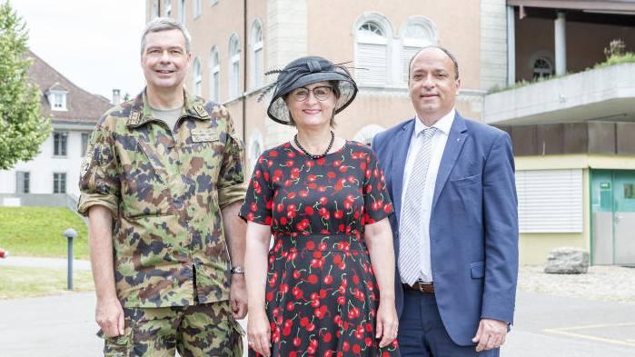 Im Bild: Divisionär Hans-Peter Walser, Regierungsrätin Franziksa Roth und Regierungsrat Markus Dieth vor der Kaserne.
