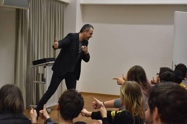 Immer wieder bezieht Gammenthaler sein Publikum in die Vorstellung ein und animiert die Anwesenden zum Mitmachen.