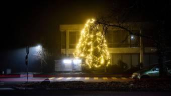 Im Vergleich zu vielen umliegenden Gemeinden bleibt es in Bellach in der Adventszeit ziemlich dunkel. Ausnahme sind einzelne leuchtende Weihnachtsbäume.