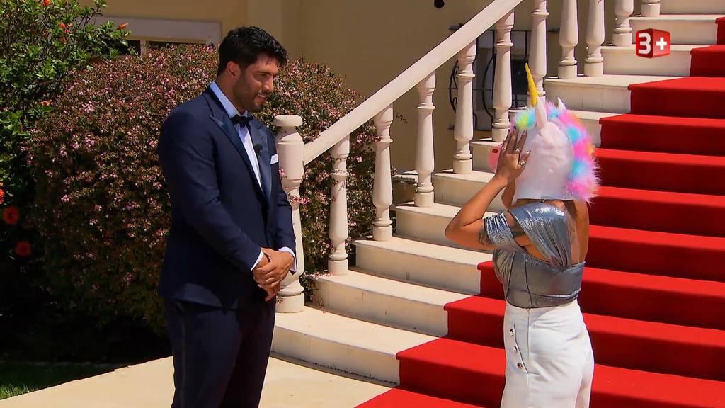 Einhorn, Handschellen und eine goldene Rose: Das war die erste Folge «Der Bachelor»