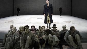Das Theatertreffen eröffnete mit «Zement» von Heiner Müller, inszeniert vom 2013 verstorbenen Regiemeister Dimiter Gotscheff. Armin Smailovic