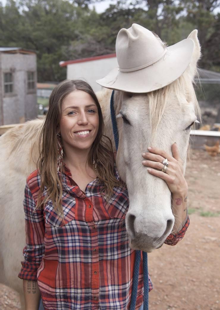 Zia mit einem Pferd, das sie trainiert hat.
