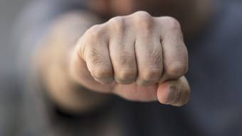 Der 14-jährige Schüler hatte im Juni im Gang des Schulhauses Hellmatt mehrfach seiner Lehrerin ins Gesicht geschlagen. So heftig, dass ihr Kiefer brach. (Symbolbild)