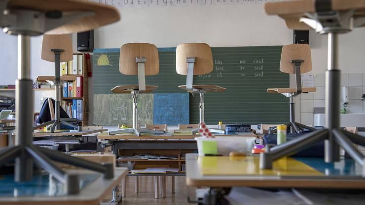 Von einem Tag auf den anderen blieb es leer: Statt im Primarschulzimmer geht der Unterricht zuhause weiter.