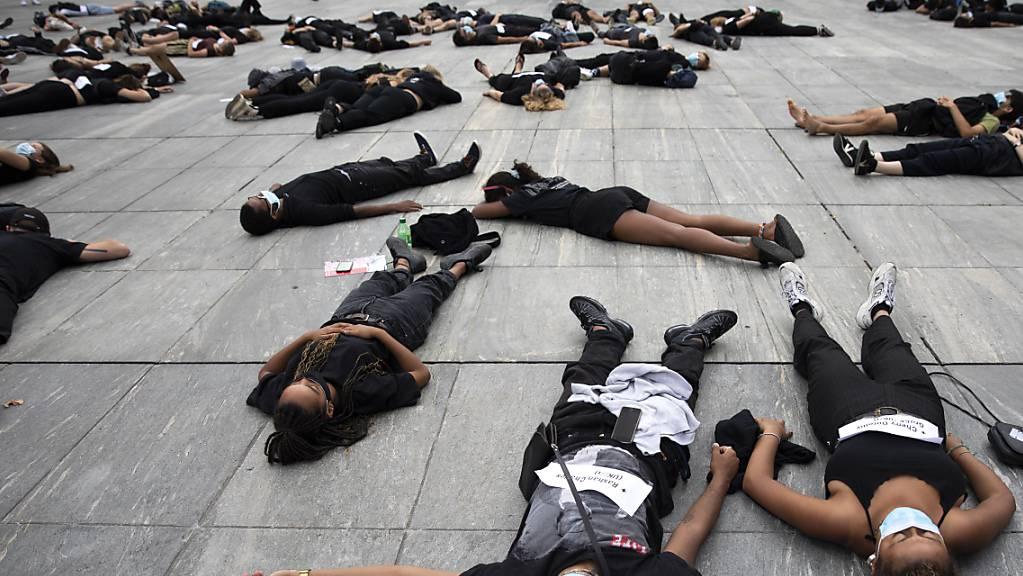 Eine Protestaktion von Black Lives Matter-Aktivistinnen und -Aktivisten im Juli 2020 in Bern.