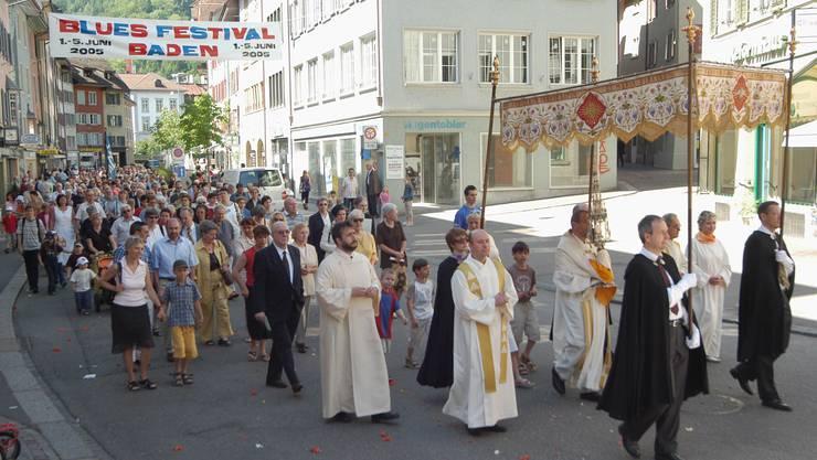 Am Fronleichnam (2. Donnerstag nach Pfingsten) wird die leibliche Gegenwart Jesu Christi im Abendmahl gefeiert. In den katholischen Gebieten des Kantons Aargau ist Fronleichnam ein gesetzlicher Feiertag - arbeitsrechtlich also ein Sonntag -, im mehrheitlich reformierten Berner Aargau nicht. (az)