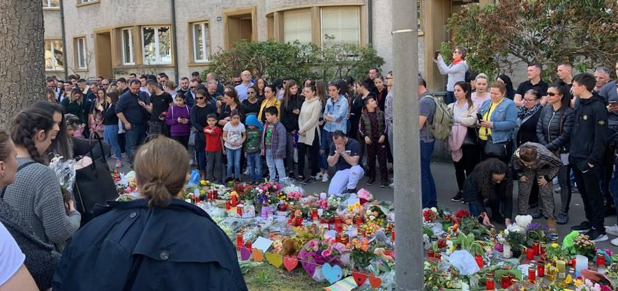 Beim Tatort werden Blumen nieder gelegt.