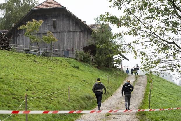Ermittlungsbeamte machen sich auf den Weg zum Tatort. Der Todesschütze ist inzwischen an Verletzungen, die er sich selbst zufügte, gestorben.