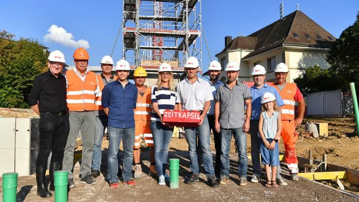 Mitglieder der Arbeitsgruppe Schulraumplanung sowie verantwortliche Mitarbeitende der ausführenden Baufirma waren bei der Grundsteinlegung dabei.