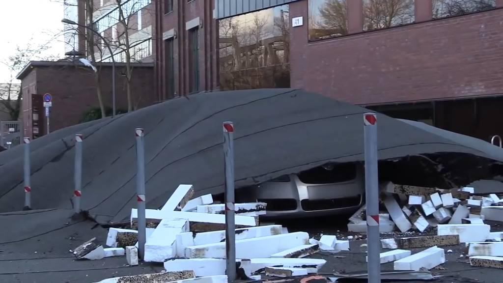Dach stürzt auf fahrendes Auto