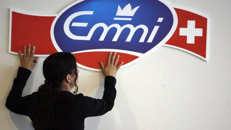 Emmi hat im ersten Halbjahr 2019 bei knapp gehaltenen Umsatz operativ leicht weniger verdient. Das intensive Wettbewerb und der Preisdruck setzen dem Innerschweizer Milchverarbeiter weiter zu. (Archiv)