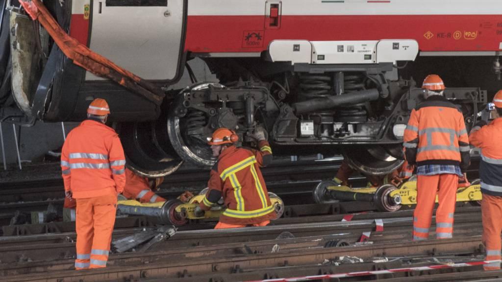 Einer der entgleisten Wagen kippte beim Unfall gegen einen Fahrleitungsmasten. Für die Reparaturarbeiten war der Bahnhof Luzern während vier Tagen gesperrt. (Archivbild)