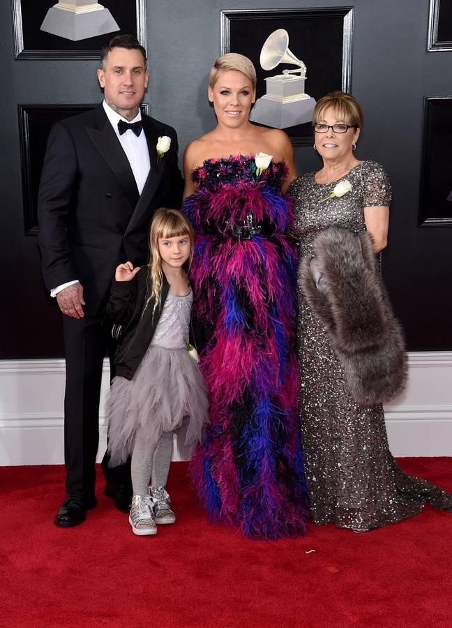Ehemann Carey Hart, Tochter Willow (8), Pink und ihre Mutter Judith Moore. (© gettyimages)