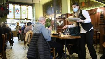 Ab 19 Uhr ist Sperrstunde: Blick in ein Restaurant in Lausanne.