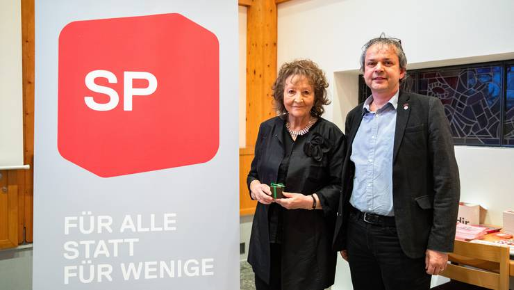 Bea Heim und Philipp Hadorn nach ihrer Verabschiedung am SP-Parteitag im Parktheater Grenchen.