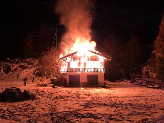 Zermatt VS, 13. November: Aus noch ungeklärten Gründen ist ein Chalet in Brand geraten. Es entstand erheblicher Sachschaden. Personen wurden keine verletzt.