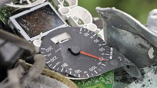 Der Tachometer eines Unfallwagens (Symbolbild)