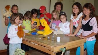 Sie haben den Plausch am Plüschtierkurs: Ferienpasskinder und das Helferteam in Frick.