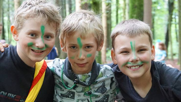 Leo, Niklas und Leandro (von links) aus Möriken wollen am Cevi-Regionalanlass in Aarau möglichst viele Karten erobern.