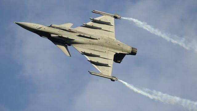 Ein schwedisches Kampfflugzeug Gripen bei der Flugschau in Sitten im September 2011 (Archiv)