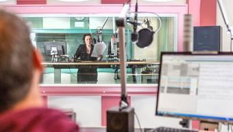 Blick ins SRF-Studio an der Bahnhofstrasse in Aarau: Barbara Mathys moderiert am Mittwoch kurz nach 12 Uhr das Regionaljournal am Mittag.
