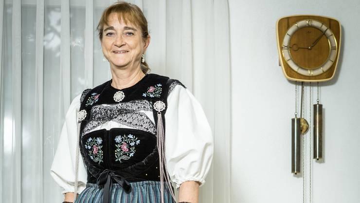 Die Windischerin Sylvia Neuhaus präsentiert ihre Brugger Festtagstracht (ohne Haube).