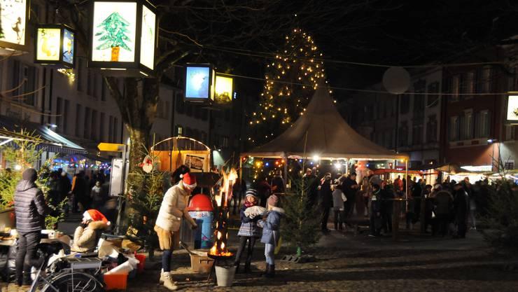 Blick vom oberen Kirchplatz auf den grossen Weihnachtsbaum.