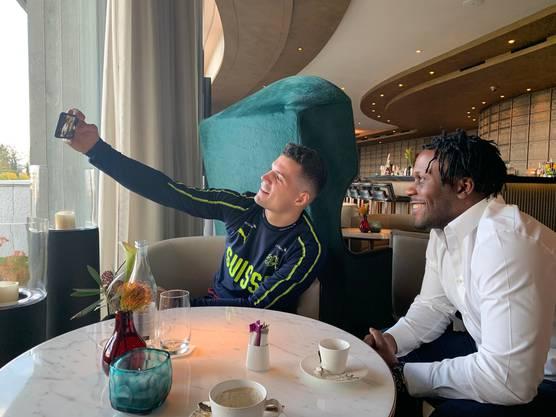 Granit Xhaka und Kofi Nimeley knipsen beim gemeinsam Interview ein Selfie.