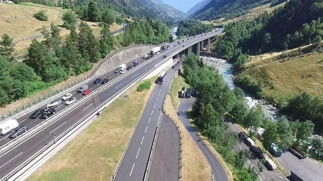 Ferienzeit ist Stauzeit: Zweieinhalb Stunden Wartezeit vor dem Gotthard