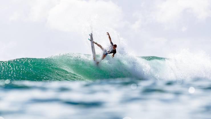 Der Surfer hatte sich in den Wogen die ganze Zeit an sein Surfboard geklammert. (Symbolbild)