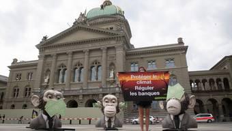 Die Affen sehen, hören und sagen nichts. So wie die Instanzen des Bundes, welche den Finanzplatz regulieren. So lautet der Vorwurf von Greenpeace.