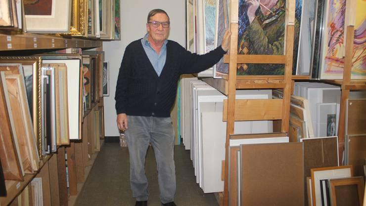 Vereins-Vizepräsident Hanspeter Crivelli inmitten der Werke, die das Künstler-Archiv an der Wiesenstrasse verwaltet.
