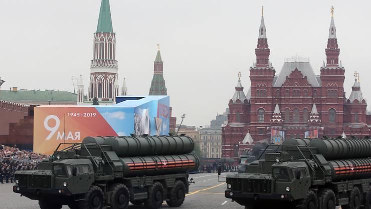 Russland betont, dass anhaltende Interesse an seinem Raketenabwehrsystem S-400 - hier bei einer Militärparade - trotz Behinderungen durch die USA. Die USA haben angekündigt, wegen des Kaufs von S-400 durch die Türkei Schritte zum Ausschluss aus dem F-35-Kampfjetprogramm einzuleiten. (Archivbild)