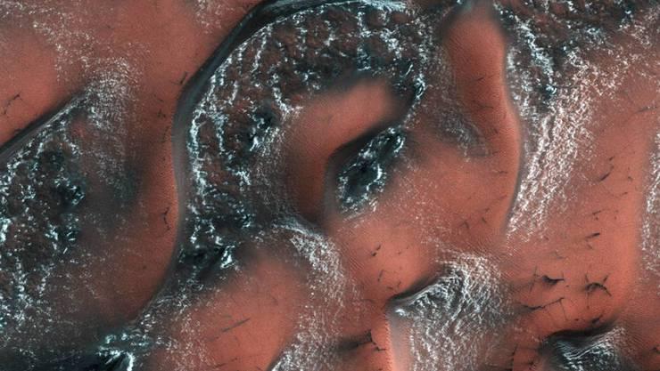 Es herrscht Frühling auf dem Mars: Nur noch schattige Stellen an den Dünen sind noch mit Kohlendioxid-Eis bedeckt.