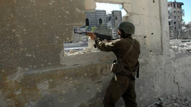 Ein syrischer Soldat kämpft in Homs