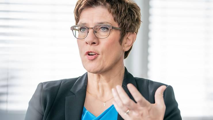 ARCHIV - Annegret Kramp-Karrenbauer, CDU-Bundesvorsitzende und Verteidigungsministerin, aufgenommen in ihrem Büro in der CDU-Parteitzentrale. Foto: Michael Kappeler/dpa
