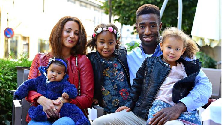 Johan Djourou mit Gattin Emilie und seinen drei Töchtern Lou (6), Aliany (3) und Julia (5 Monate).