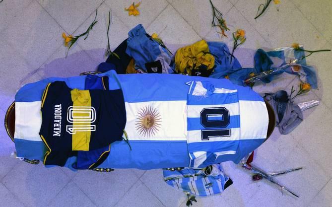 Der Sarg: Geschmückt mit einem Trikot der Boca Juniors und einem der Nationalmannschaft.