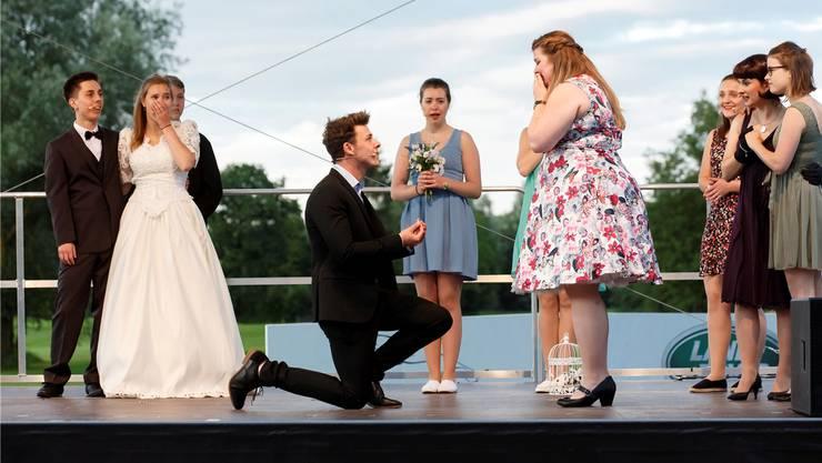 Mehrfachhochzeit: Am Schluss macht der kniende Sam (Yannick Lüthi) Donna (Julie Rüegger) endlich den längst überfälligen Heiratsantrag.