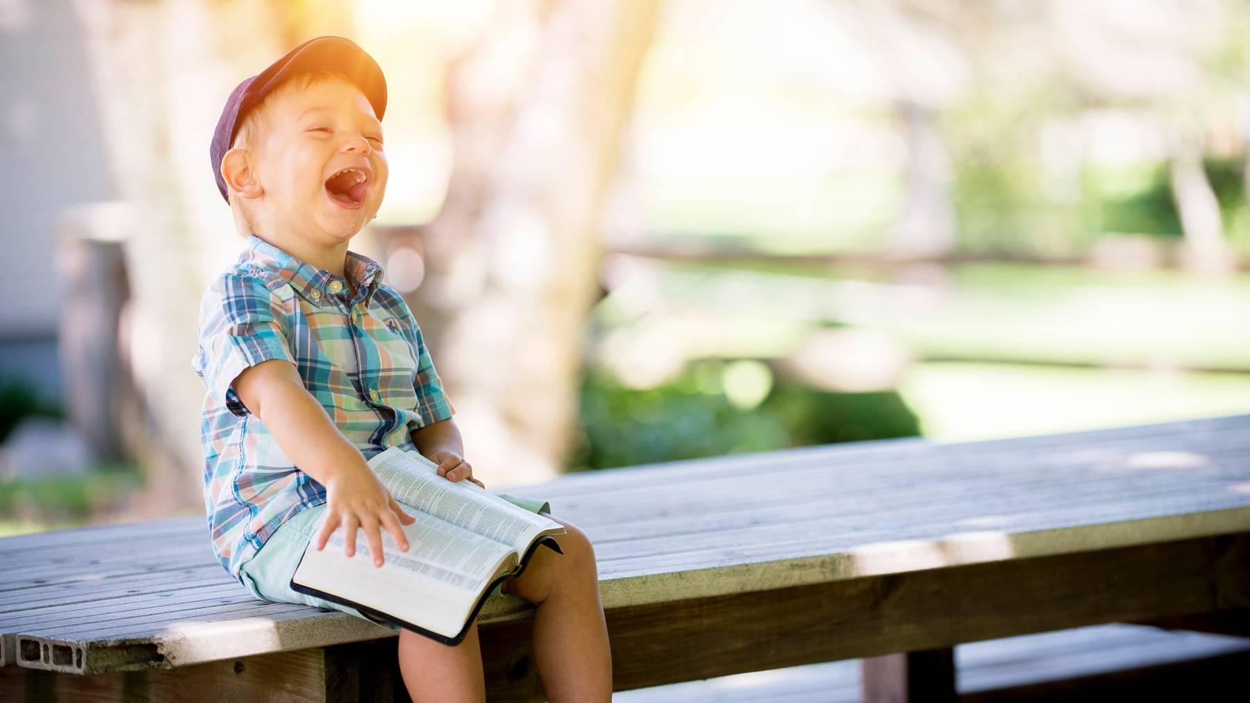 Kind Bub lachen lustig